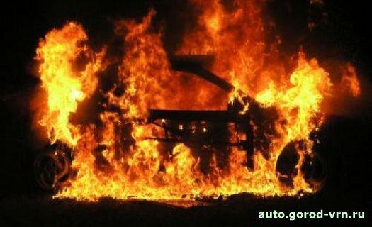 """Хотите узнать больше.  Женщина-водитель по дороге заметила, что из багажника ее машины  """"БМВ """" валит дым."""