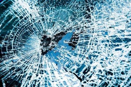 В области нетрезвая женщина напала с палкой на грузовик