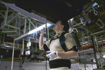 Ford выдает своим работникам экзоскелеты