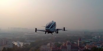 Китайцы тестируют беспилотный летающий автомобиль с настоящим пассажиром (ВИДЕО)