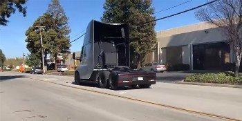 Электрический грузовик Tesla дымит покрышками при ускорении (ВИДЕО)