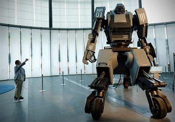 Японцы показали 4-метрового робота, трансформирующегося в спорткар (ВИДЕО)