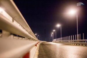 Крымский мост освещается аэродромными лампами