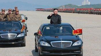 Кортеж Ким Чен Ына: 12 бегунов вокруг лимузина (ВИДЕО)