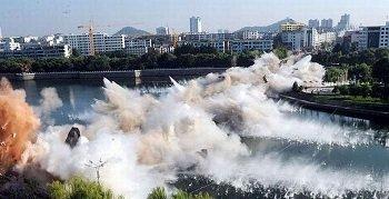 В Китае взорвали старый мост (ВИДЕО)