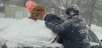 Ребенок вместо скребка: американец почистил сыном автомобиль (ВИДЕО)